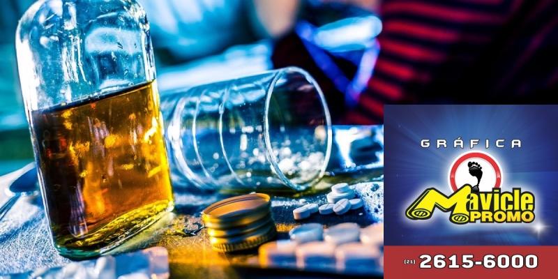 Ingerir álcool com medicamentos é mais perigoso do que parece   Guia da Farmácia   Imã de geladeira e Gráfica Mavicle Promo
